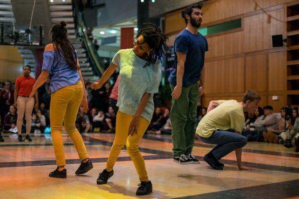"""Belle énergie et générosité des 16 danseurs du groupe """"Danser sans frontières"""" accueillis hier à la Maison pour 4 imptomptus chorégraphiques."""